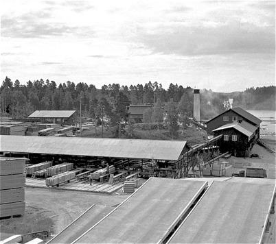 69. Sågen var största arbetsplatsen i Töcksfors på 1950- och 1960-talet. Foto : Fritz Arenö / Årjängs kommuns bildbank.