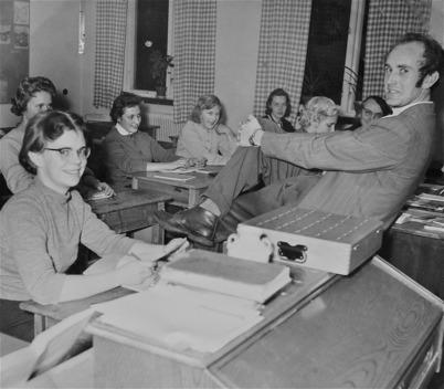 72. Folkskolläraren Sigurd Nilsson med en skolklass på 1960-talet. Foto : Foke Sahlin