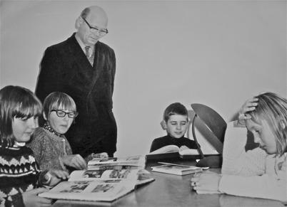 73. Folkskolläraren Gösta Hansson med en skolklass på 1960-talet. Foto : Folke Sahlin