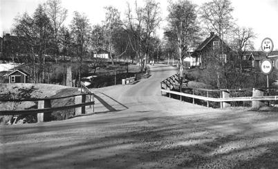 75. Gamla bron vid övre slussen med slussvaktarstugan på 1960-talet. Foto : Folke Sahlin
