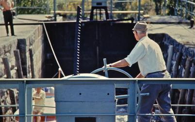 77. Bild från tiden då slussportarna manövrerades manuellt. Foto : Lars Brander