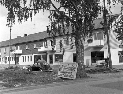 76. Nya Stiftelsehuset vid det som ska bli torget i Töcksfors. Foto : Fritz Arenö / Årjängs kommuns bildbank