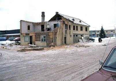 95. Byggnaden där Handelsbolaget och Owes Livs fanns revs 1978, när nya ICA Svenohallen i bakgrunden stod klar att tas i bruk. Foto : Bengt Erlandsson
