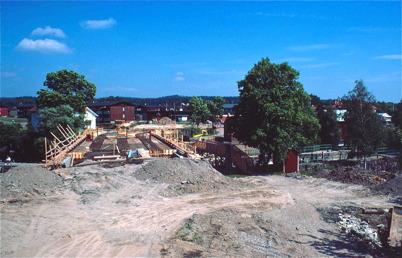 99. Nya vägbron vid övre slussen byggs 1984. Foto : Bengt Erlandsson