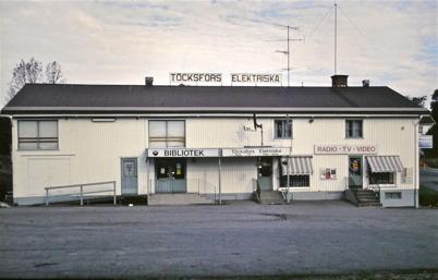 105. Biblioteket och Töcksfors Elektriska i fastigheten där Patrikssons Järnhandel fanns tidigare. Foto : Bengt Erlandsson