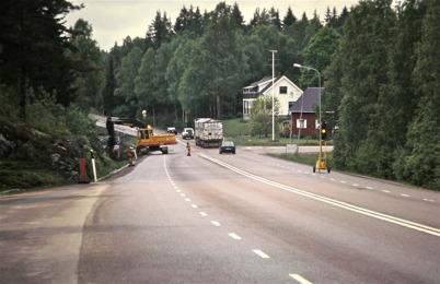 108. Gamla E18 vid korsningen med Östervallskogsvägen, innan skogen avverkades inför bygget av Töcksfors Handelspark. . Foto : Bengt Erlandsson