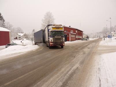 116. Trots att nya E18 tagits i bruk måste lastbilarna svänga in på gamla E18 till tullstationen i Hån för tullklarering - 2010. Foto : Lars Brander