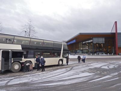 124. Bussar anländer till Töcksfors Shoppingcenter med köpsugna passagerare 2010. Foto : Lars Brander