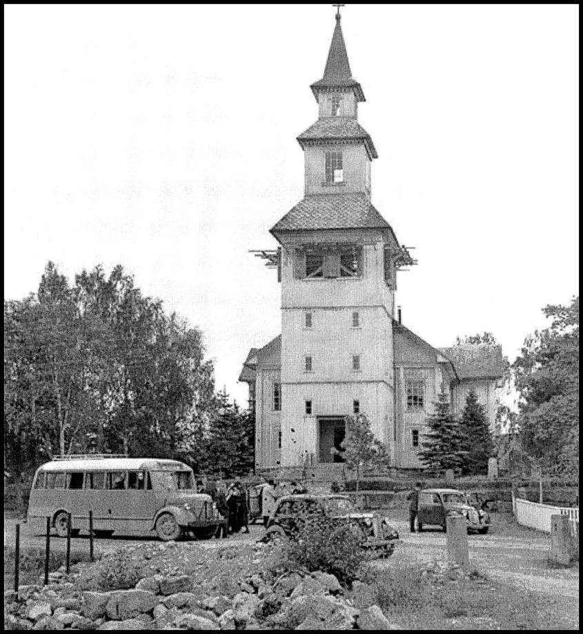 """"""" Folkebussen """" utanför Östervallskogs kyrka / foto : okänd"""