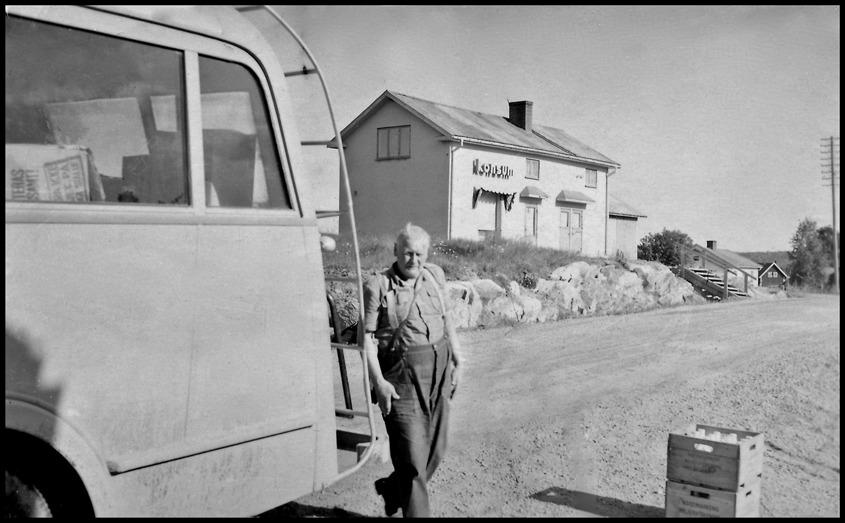 """Folke Svensson med """" Folkebussen """" utanför Konsum i Bön Östervallskog / foto : okänd"""