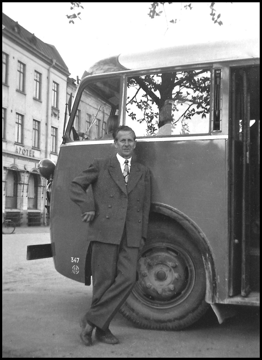 GDG-bussen med chauffören Rudolf Ringsby vid hållplatsen i Arvika / foto : okänd