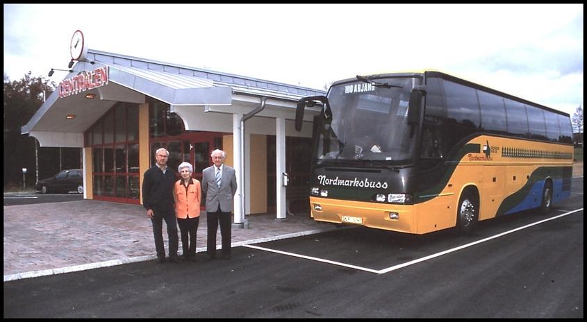 Lennart, Lilly och John Brusgård utanför Töcksfors busscentral / Foto : Bengt Erlandsson
