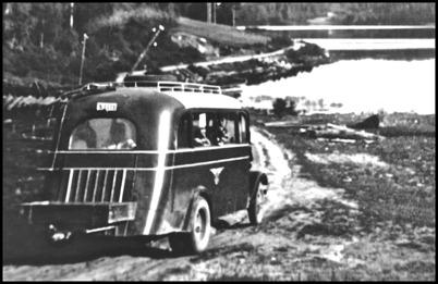 """Första bussen på linjen Töcksfors - Långvassdalen / S 1111 Chevrolet HSSP 157"""", årsmodell 1936 chnr: XST 490 6 cyl. 72 hk. tjv: 3020 kaross: Höglunds Vagnfabrik i Säffle, 19 passagerare. 1942 motorbyte: Hesselman för gengasdrift. Köpt begagnad 1949 från BJ / GDG för 2.000:-"""