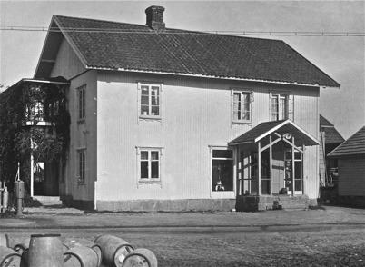 Handelsbolaget i Töcksfors på 1930- och 1940-talet. Butiken fanns i bottenvåningen och i övre våningen bodde föreståndaren Lindgren.