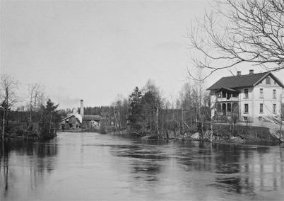 Sågverket vid inloppet till övre slussen samt läkarebostaden Tomtebo i Töcksfors.