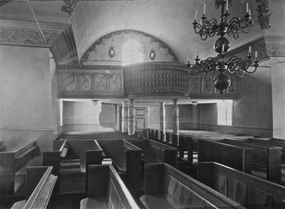 """Töcksmarks kyrka efter 1925. Läktarnas rundlar för utsocknes, särskilt """"ståndspersoner""""."""