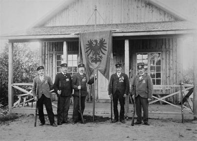 Grupp ur Töcksmarks Skyttegille med standar 1903 - från vänster Andersson, Lidén, Nordmark,  Aronsson och Sannamon.