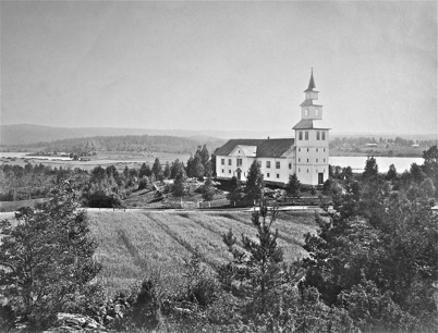Östervallskogs kyrka före branden. Bilden är tagen 1923.