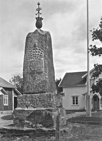 Carl XII:s sten i kyrkobyn Östervallskog. Utförd av Olof Andersson, invigd av prosten E A Unger 1883. (1923)