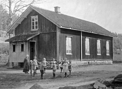 Ivarsbyns skola i Östervallskog, före ombyggnaden 1925.