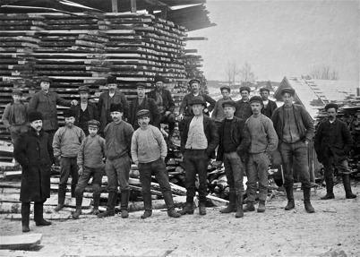 Arbetsstyrkan vid sågverket i Gotthardsbyn.