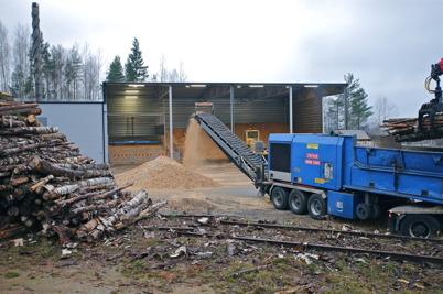 28 oktober 2014 - flisning av skogsråvara för att få biobränske till pannorna.