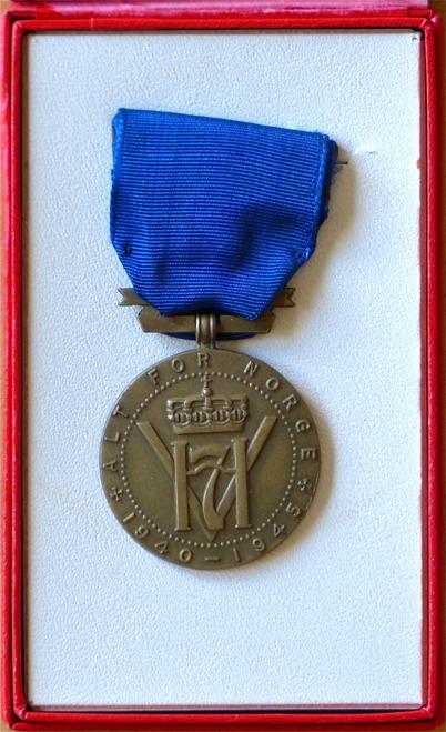 Många personer som gjort betydande insatser för norges folk under andra världskriget, tilldelades Norges Konungs Förtjänstmedalj. Polisman John Brander fick ovanstående medalj för sin insats under kriget.