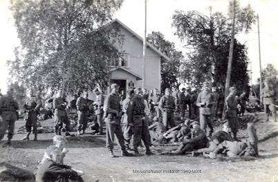 Militärer utanför Missionshuset i Hån, 1940-talet / Bengt Erlandssons arkiv.