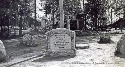 Minnessten vid militärförläggningen i Hån, 1940-talet / Bengt Erlandssons arkiv.