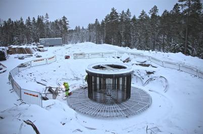 16 januari 2014 - Och på Mölnerudshöjden fortsatte arbetet med vindkraftbygget.
