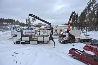 28 januari 2014 - Det var en hektisk dag när nya gränsbutiken anlände från Västkuststugan som byggsats.