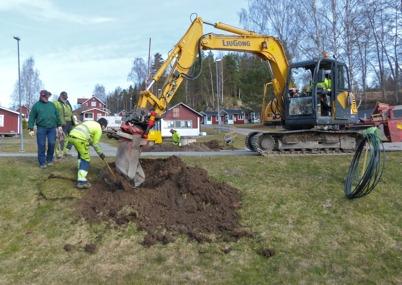 31 mars 2014 - Det grävdes ner slangar för fiberkablar lite var stans.