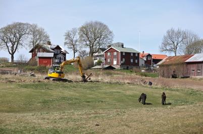 24 april 2014 - I Sanda grävde man ner rör för bredbandskabel.