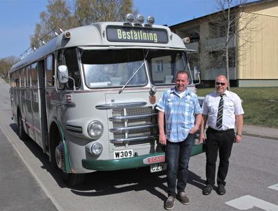 26 april 2014 - I Töcksfors kunde vi se en turistbuss från 1950-talet.