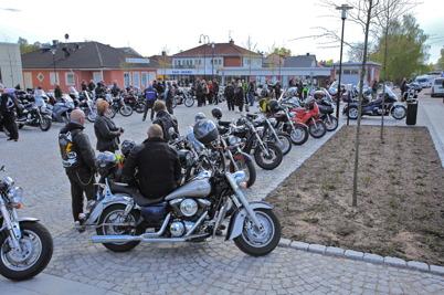3 maj 2014 - Efter träffen på torget i Töcksfors styrde motorcyklisterna mot Årjäng, för att träffas på Claras torg.