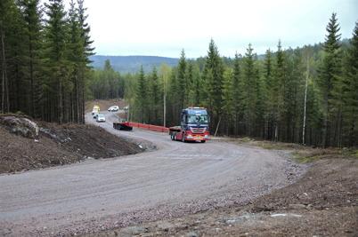 8 maj 2014 - I vindkraftsparken på Mölnerudshöjden provkörde man de nybyggda vägarna, för att se om det gick att ta sig fram med 55 meter långa transporter.