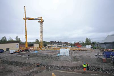 8 maj 2014 - Vid skolbygget i Årjäng restes den stora byggkranen.