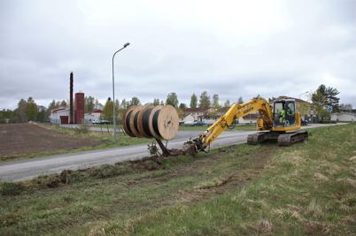 8 maj 2014 - Och i Töcksfors fortsatte arbetet med läggning av rör för fiberkabel.