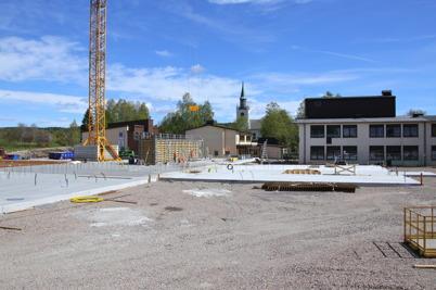 16 maj 2014 - Vid skolbygget i Årjäng lyftes första gjutformarna på plats.