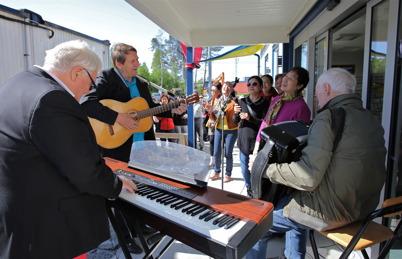 29 maj 2014 - Så var det dags att inviga nya Gränsbutiken med musikunderhållning. En buss med kinesiska turister stannade för att handla i butiken.  Flera av turisterna visade sig vara goda sångerskor som välvilligt bjöd på skönsång.