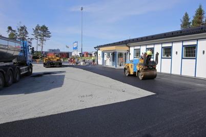 10 juni 2014 - Vid gränsen asfalterades planen framför nya Gränsbutiken.