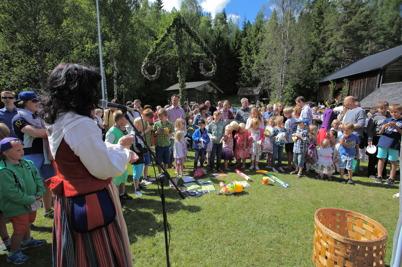 20 juni 2014 - Och på Hembygdsgården Kloppa i Karlanda var det traditionsenligt midsommarfirande.