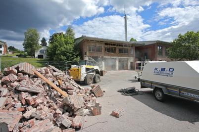 24 juni 2014 - Vid brandstationen i Töcksfors hade rivningsarbetet i samband med ombyggnaden kommit igång.