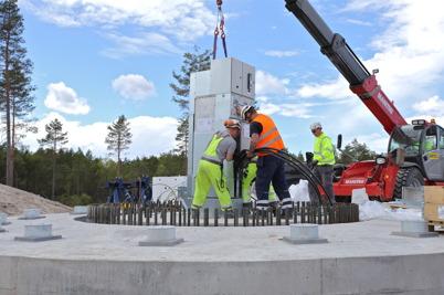 25 juni 2014 - Och på Mölnerudshöjden hade monteringen av vindkraftverken kommit igång.