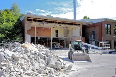 25 juni 2014 - Och rivningsarbetet vid ombyggnaden av brandstationen pågick.