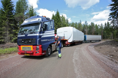 26 juni 2014 - Det blev köbildning på vägen in mot Mölnerudshöjden, när alla leveranser till vindkraftbygget skulle komma fram.