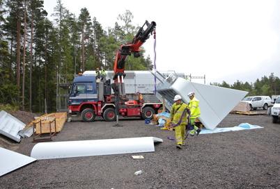 28 juni 2014 - Och i vindkraftsparken pågick monteringen av alla delar som anlände.