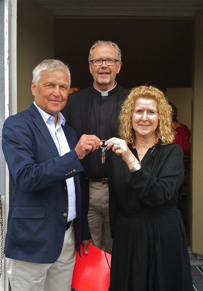 29 juni 2014 - Missionsförsamlingen lämnade över Missionshusets nycklar  till Håns Byalag som övertog fastigheten / foto Thomas Eriksson.