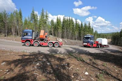 2 juli 2014 - Och på Mölnerudshöjden fortsatte leveranserna av vindkraftdelar.
