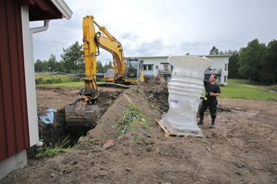 3 juli 2014 - Vid slussvaktarstugan slutfördes renoveringsarbetet med att ansluta huset till avloppsnätet.
